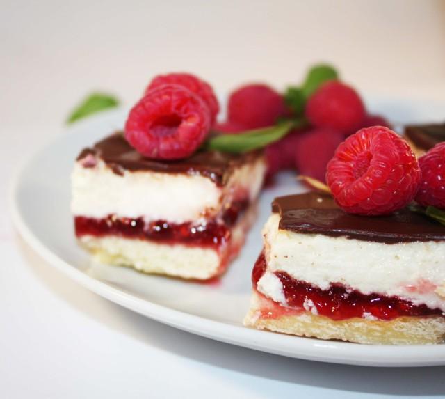 Raw VEgan Raspberry coconut cheesecakes